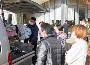 徳島県の有料老人ホームを母が出発するとき、職員たちが集まり見送ってくれた