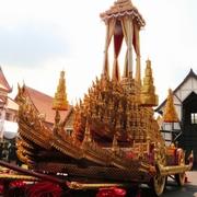 まるで山車、黄金色の車を披露 タイ前国王の葬儀で使用
