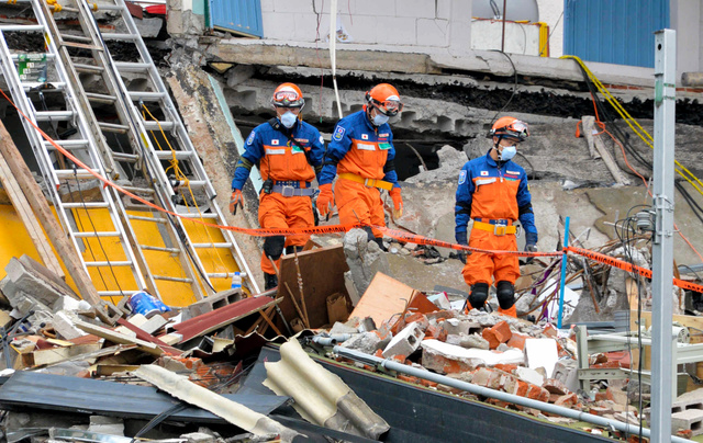 倒壊したビルで救出作業にあたる日本からの国際緊急援助隊=22日、メキシコ市、田村剛撮影