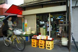 無罪となった男性が、万引きをした商店。店番がいる目の前で、店先の陳列台から大根の漬物を手にとって走り去った、という=大阪市
