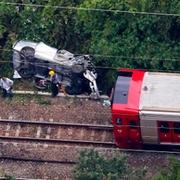 高さ15mから車が線路に転落 電車と衝突、男性死亡