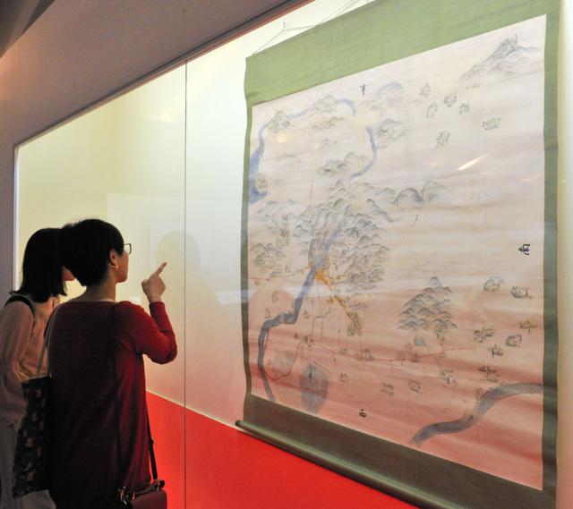橋姫社などが描かれた江戸時代の宇治の絵図=宇治市の源氏物語ミュージアム