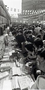 秋の恒例行事の「神田古本まつり」に押しかけたファン。浅田さんも東京・神田の古書街に通った=1974年撮影