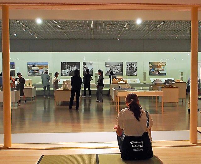 「斎藤助教授の家」の実物大模型の中から展示室を眺めることができる=いずれも東京・竹橋の東京国立近代美術館