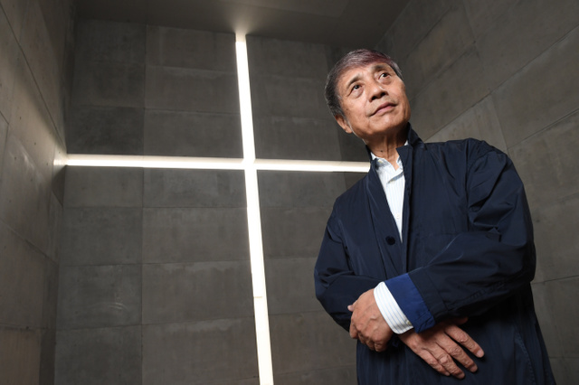 実物大で再現された「光の教会」と安藤忠雄さん=東京都港区の国立新美術館、山本和生撮影