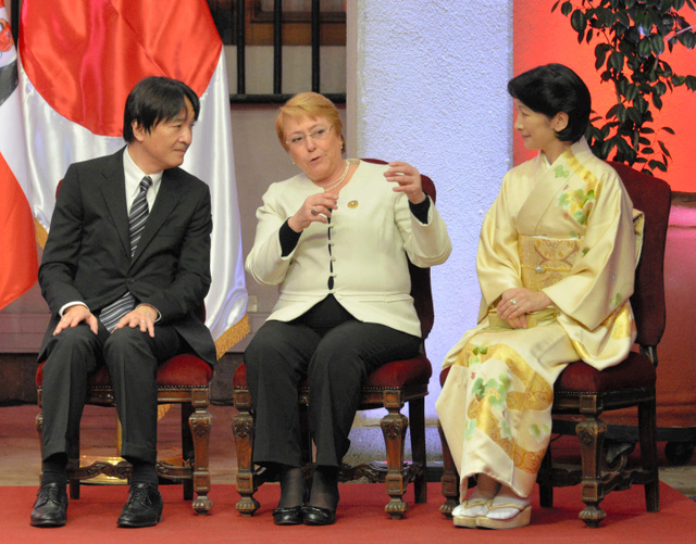 f957a6a3e3 チリ・サンティアゴで行われた外交関係樹立120年の記念式典で27日、 バチェレ大統領(中央)と言葉を交わす秋しのの宮ご夫妻=田村剛撮影
