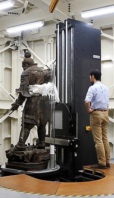 CTスキャンにかけられる興福寺南円堂の四天王・持国天立像=4月25日、東京・上野公園の東京国立博物館、小滝ちひろ撮影