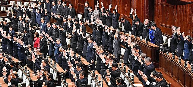 衆議院が解散され、国会で万歳する議員たち=28日、仙波理撮影