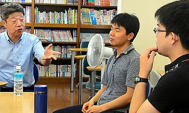 子どもたちに大学生活について語る南雄太さん(右)と藤原道寛さん(中央)