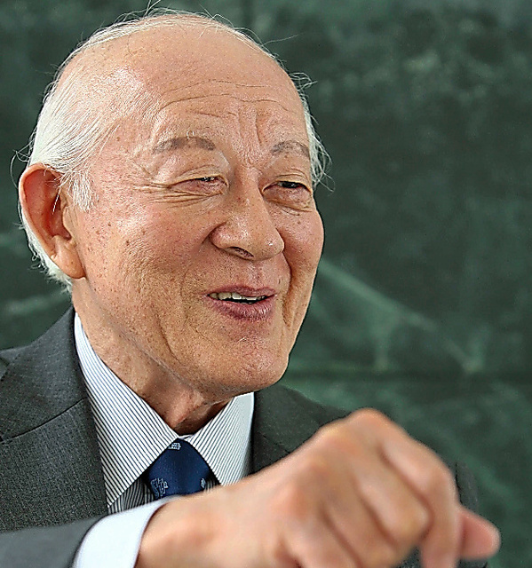 笑顔でインタビューに答える土山秀夫さん=2008年、長崎市