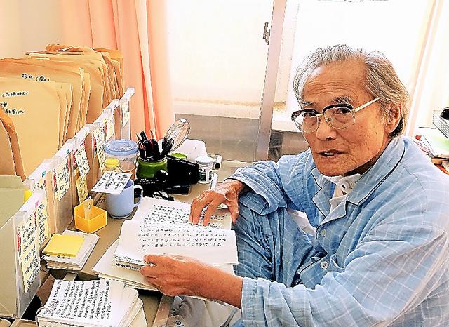 病室に資料や原稿用紙を持ち込み、ベッドで執筆する林えいだいさん=2017年5月22日、福岡県内、佐々木亮撮影