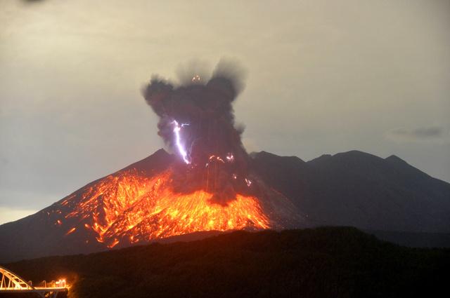 桜島の昭和火口で爆発的噴火 今後も継続の可能性:朝日新聞デジタル