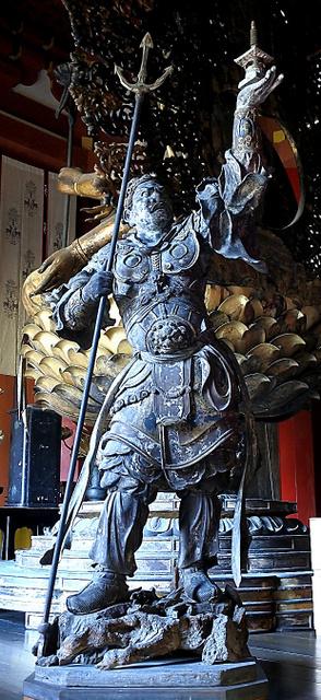 南円堂の四天王のうち、北の守護神である多聞天立像。その躍動感は近代彫刻のようだ=奈良市の興福寺