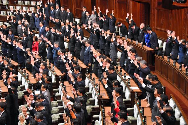 衆議院が臨時国会の召集の冒頭で解散、議員たちが万歳する中、一礼をする安倍晋三首相、国会議員たち=9月28日午後0時2分、国会内、仙波理撮影