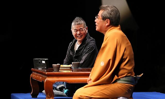 糸井重里さん(左)は、寄席の舞台で立川志の輔さんと和やかにトーク=福島県相馬市、池田良撮影