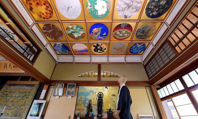 格天井を飾る花鳥画の中で、唯一の書である「極」。周囲の美しさを際立たせている=滝沢美穂子撮影