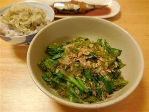 海藻類を意識して食べてみようと、今日はニラのおひたしに削り節とノリをかけました。ご飯にはとろろ昆布をトッピング。昨日の残りもののイワシ煮をつけて、都合10分で晩ご飯のできあがり