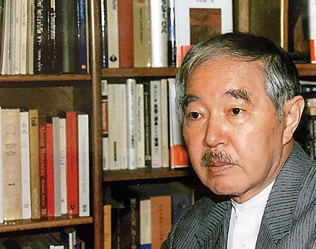 中村雄二郎さん。都内の自宅の書斎にて=2001年4月、遺族提供