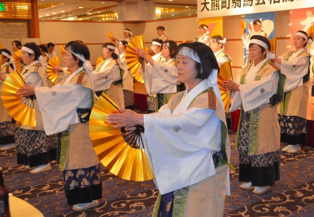 「相馬流れ山踊り」を披露する大熊町の女性たち。県内各地から集まった=16年7月、会津若松市