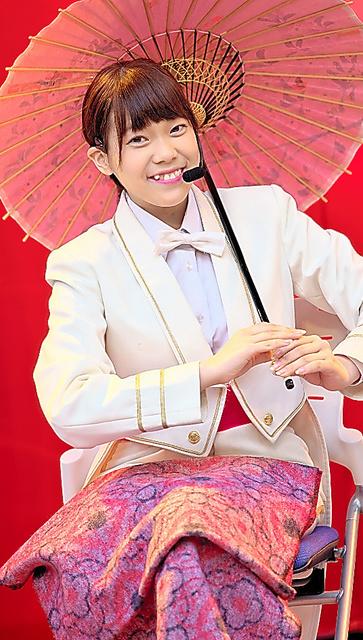 「花やしき少女歌劇団」のステージで歌う木村唯さん=2015年4月19日、ファンの長谷川浩仁さん撮影
