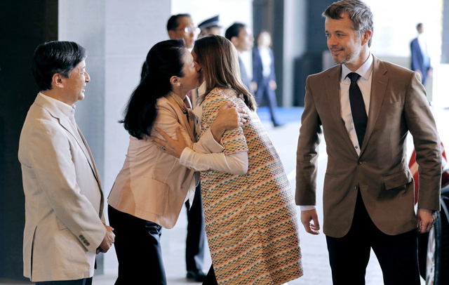 デンマークのフレデリック皇太子夫妻を迎える皇太子ご夫妻=8日午前11時10分、東京都千代田区、代表撮影