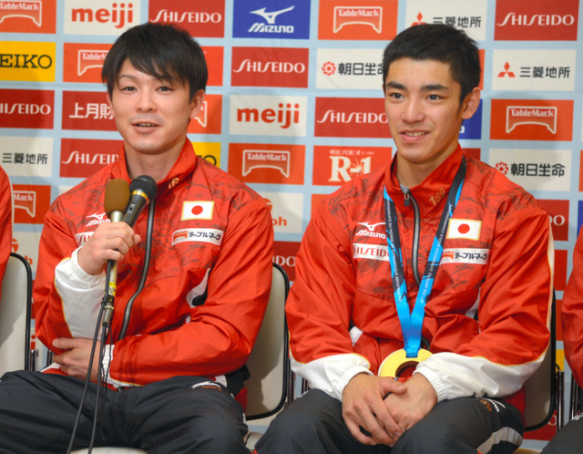 カナダで行われた体操の世界選手権から帰国し、記者会見に臨んだ(左から)内村航平と白井健三=平井隆介撮影