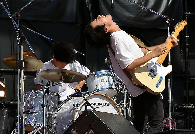 「モノポリー」の滝口穂高君(右)のパフォーマンスが会場を盛り上げる=いずれも8月9日、茨城県ひたちなか市