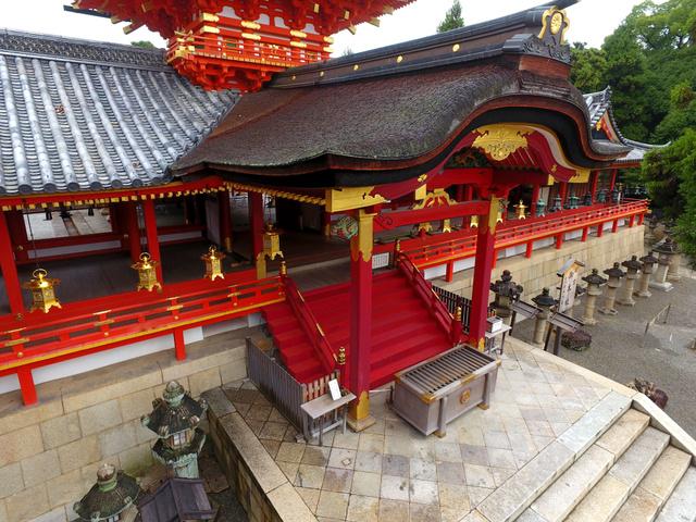本殿など10棟が国宝に指定されている石清水八幡宮本社の社殿群をドローンで撮影した=京都府八幡市、細川卓撮影