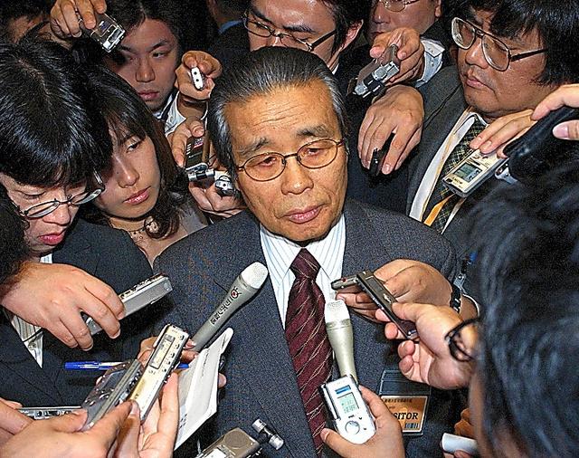 記者に囲まれる全国知事会長当時の梶原拓さん=2004年11月、首相官邸