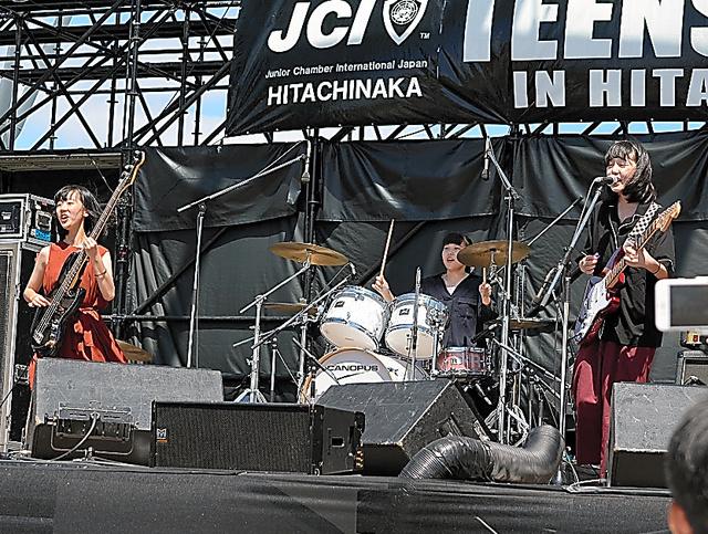 日大二高フォークソング部の女子3人組バンド「フラフープ」
