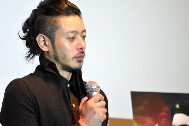 映画「エルネスト」舞台あいさつで語る主演のオダギリジョーさん=広島市中区のサロンシネマ