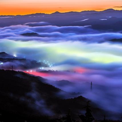 雲海、幻想の輝き 未明の街と空に照らされ