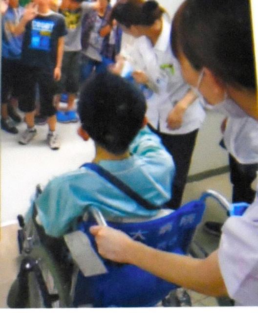 クラスの友だちが病院まで会いにきてくれたこともあった=家族提供