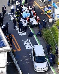 集団登校の列に車突っ込み6人けが 大阪・枚方