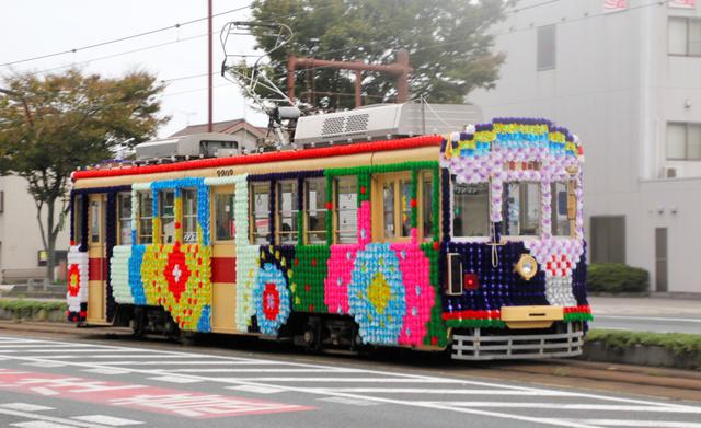 豊橋まつりを盛り上げる花電車=豊橋市八町通