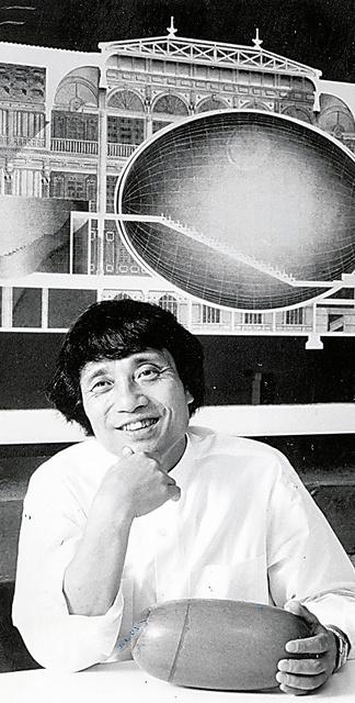 「中之島プロジェクト2 アーバン・エッグ」について語る=1995年