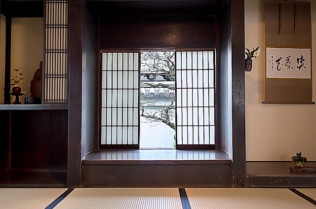 虎丘庵から四季の変化を垣間見る=京都府京田辺市、京都古文化保存協会提供