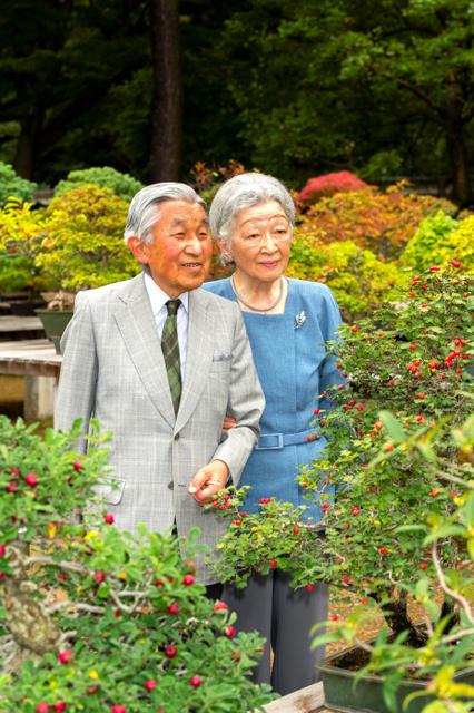皇居内の大道庭園を散策する天皇、皇后両陛下(9月27日、宮内庁提供)