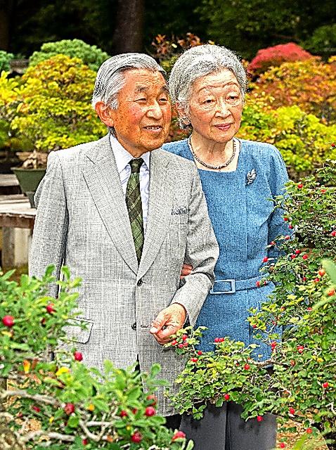 皇居内を散策する天皇、皇后両陛下=9月27日、宮内庁提供