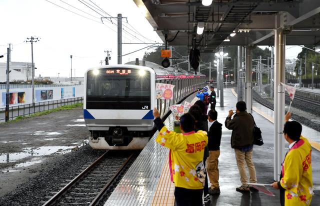 再開した富岡駅に到着したいわき方面からの始発電車。町役場などの関係者が出迎えた=21日午前6時11分、福島県富岡町、福…