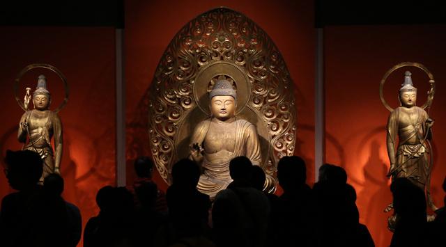 「運慶」展で浄楽寺の阿弥陀如来坐像と両脇侍立像が会場にお目見えし、多くの人でにぎわった=21日午前、東京都台東区、柴田悠貴撮影