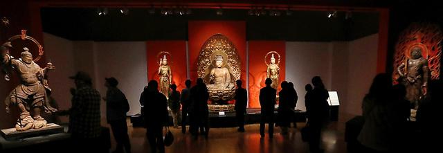 「運慶」展で浄楽寺の仏像5体のそろい踏みが実現した。中央の3体は阿弥陀如来坐像と両脇侍立像、毘沙門天立像(左)、不動明王立像(右)=21日午前、東京都台東区、柴田悠貴撮影