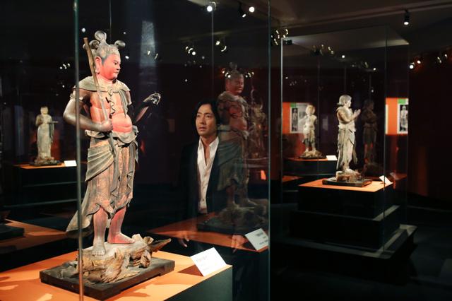 「これはすごいわ」と八大童子立像の制多伽童子像(国宝)に見入る秋川雅史さん=東京・上野公園の東京国立博物館、飯塚悟撮影