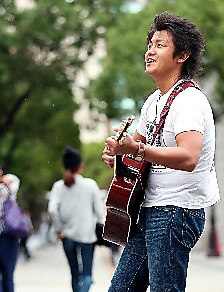 路上で歌う河原崎辰也さん