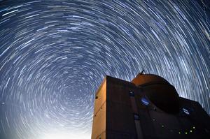 北極星を中心に広がる満天の星=和歌山県日高川町、10秒露光の写真160枚を合成