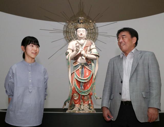 瀧山寺の聖観音菩薩立像の説明を聞く飯島可琳さん(左)。右は東京国立博物館の浅見龍介・企画課長=東京・上野の同館、林敏行撮影