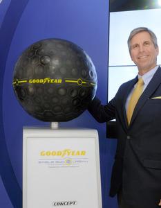 グッドイヤーが試作品として出品したAI搭載の球形タイヤ=東京都江東区