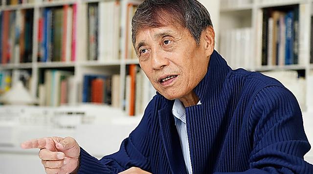 大阪市の事務所では所員に次々と指示を出すなど、精力的に動く=大阪市北区、槌谷綾二撮影