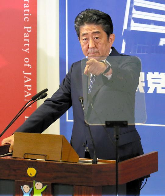 自民党本部での会見で、質問者を指さす安倍晋三首相=10月23日午後2時22分、東京・永田町、岩下毅撮影