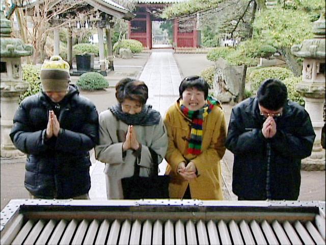 映画の一場面。奈緒さん(右から2番目)と家族の初詣=@いせフィルム